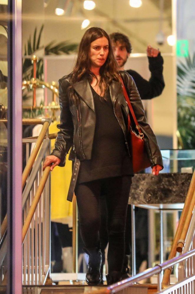 Irina Shayk ôm bụng bầu đi mua sắm - ảnh 4
