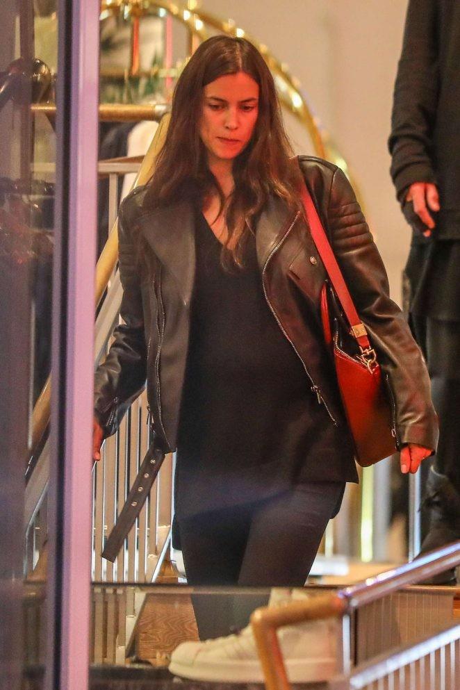 Irina Shayk ôm bụng bầu đi mua sắm - ảnh 2