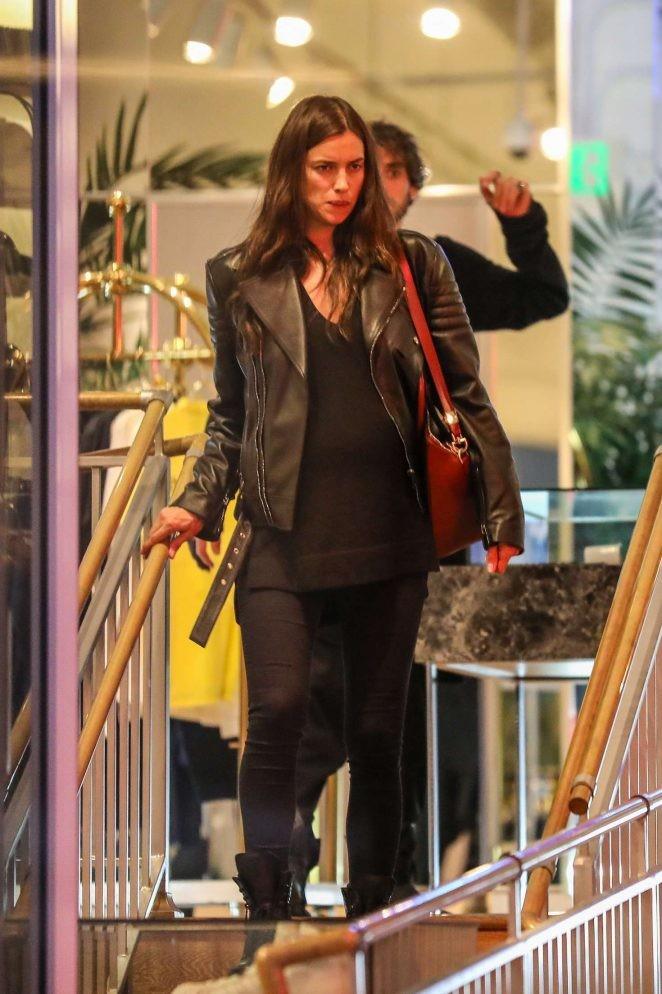 Irina Shayk ôm bụng bầu đi mua sắm - ảnh 1