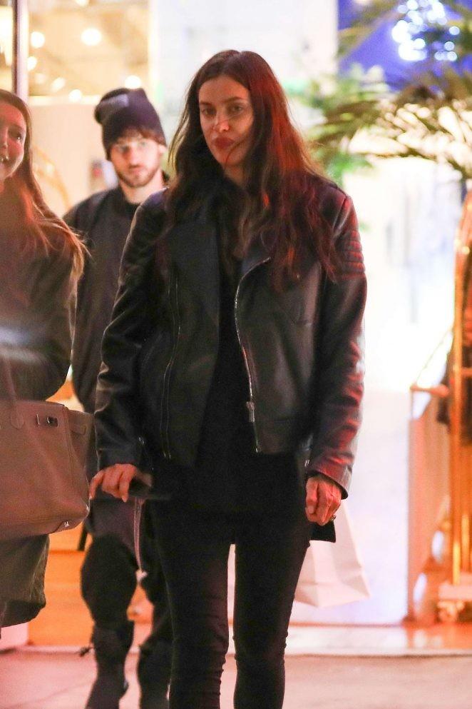 Irina Shayk ôm bụng bầu đi mua sắm - ảnh 6