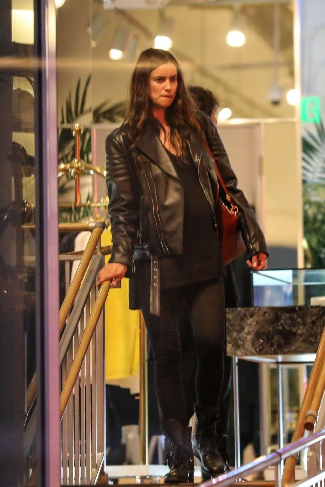 Irina Shayk ôm bụng bầu đi mua sắm - ảnh 3