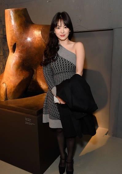 Song Hye Kyo vai trần gợi cảm tại tuần lễ thời trang London - ảnh 4
