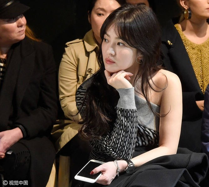 Song Hye Kyo vai trần gợi cảm tại tuần lễ thời trang London - ảnh 1