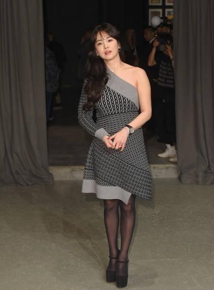 Song Hye Kyo vai trần gợi cảm tại tuần lễ thời trang London - ảnh 3