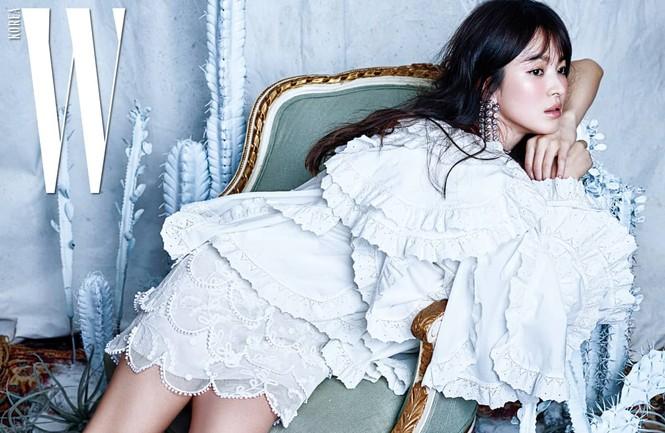 Song Hye Kyo yêu kiều xinh đẹp bên trai trẻ Yoo Ah In - ảnh 1