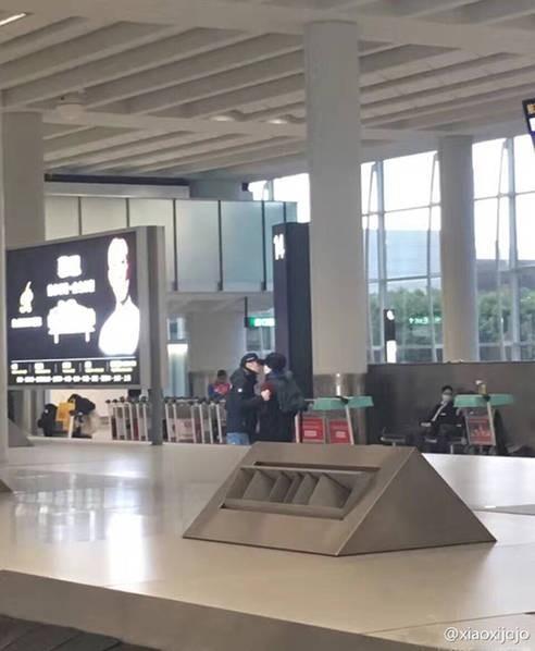 Đình Phong – Vương Phi tình tứ, Lý Á Bằng cô đơn ở sân bay - ảnh 1