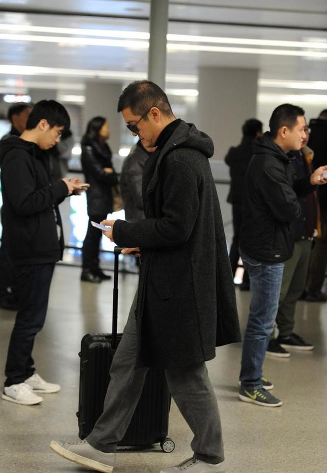 Đình Phong – Vương Phi tình tứ, Lý Á Bằng cô đơn ở sân bay - ảnh 6