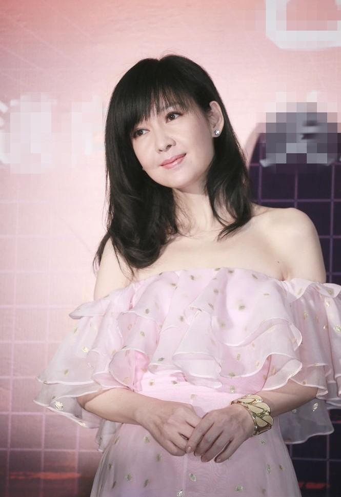 Châu Huệ Mẫn 49 tuổi vẫn rạng ngời xuân sắc - ảnh 2