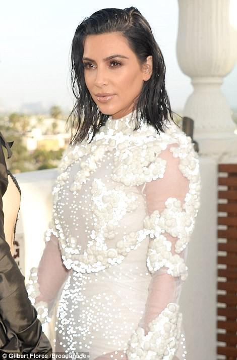 Kim Kardashian ấn tượng với bodysuit bó sát  - ảnh 1
