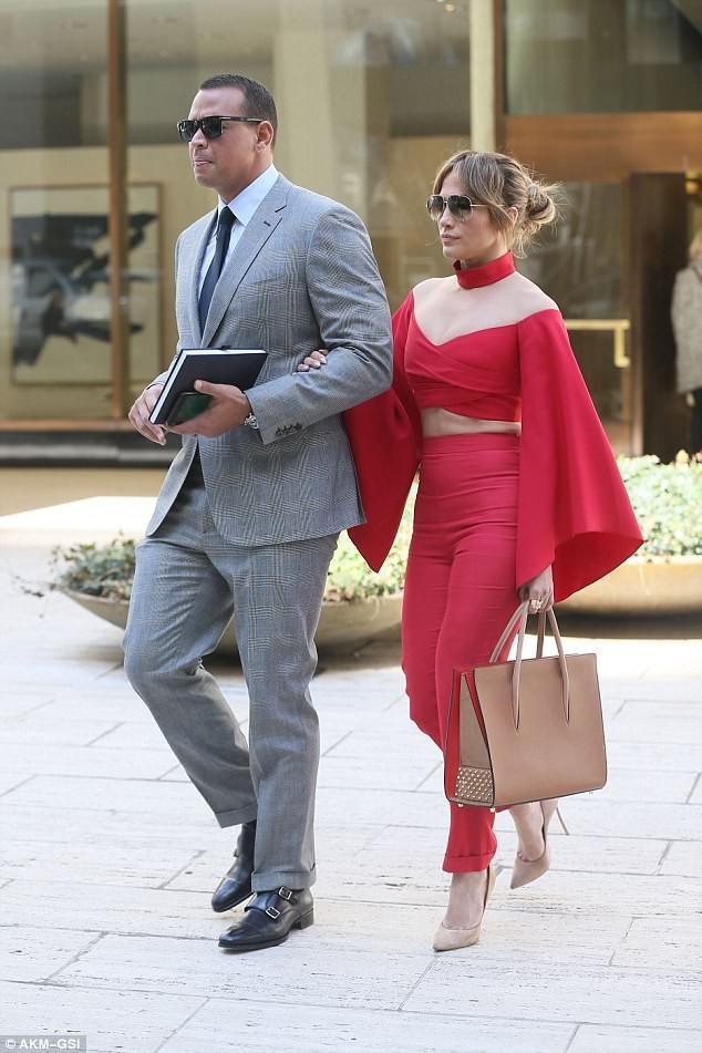 Jennifer Lopez diện 'cây đỏ' rực lửa sánh đôi bên tình trẻ - ảnh 4