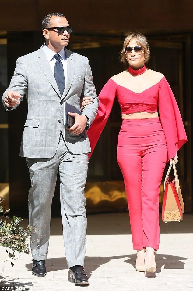 Jennifer Lopez diện 'cây đỏ' rực lửa sánh đôi bên tình trẻ - ảnh 1