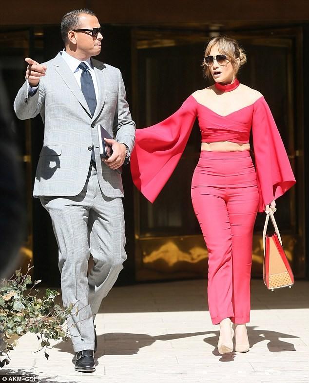 Jennifer Lopez diện 'cây đỏ' rực lửa sánh đôi bên tình trẻ - ảnh 2