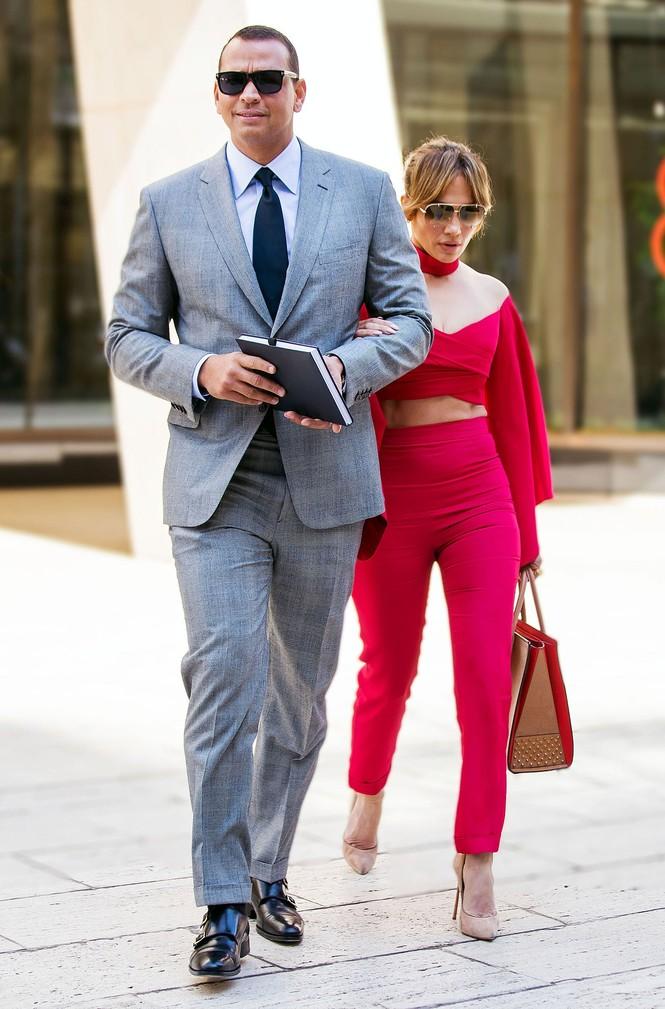 Jennifer Lopez diện 'cây đỏ' rực lửa sánh đôi bên tình trẻ - ảnh 3