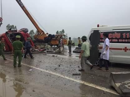 Những hình ảnh hiện trường lạnh gáy vụ lật xe khách ở Hà Tĩnh - ảnh 6