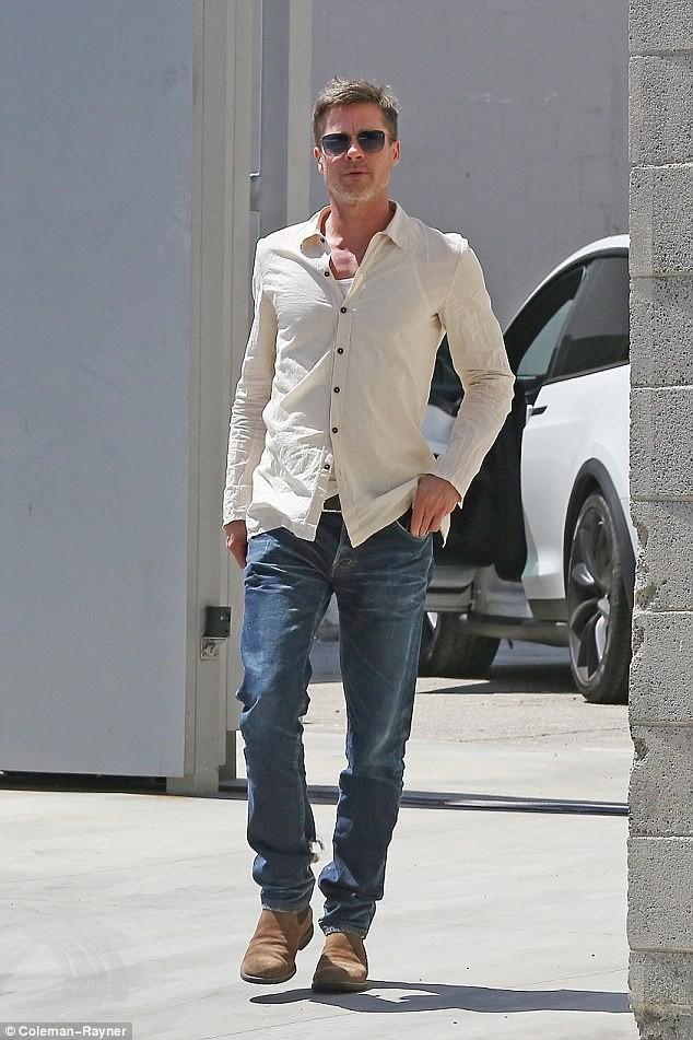7 tháng chia tay Jolie, Brad Pitt gầy rộc, già đi trông thấy - ảnh 4