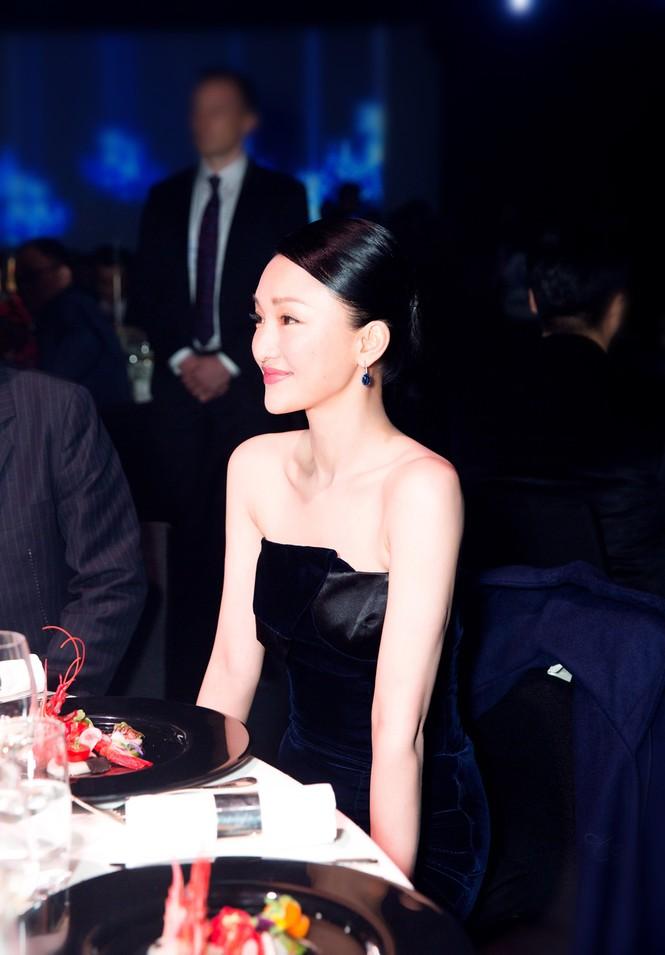Châu Tấn sang trọng nổi bật với đầm đen gợi cảm - ảnh 2