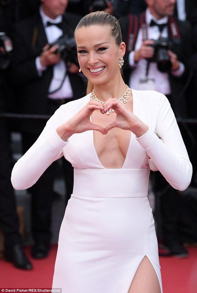 Siêu mẫu Anh diện váy xuyên thấu như nội y lên thảm đỏ Cannes - ảnh 7