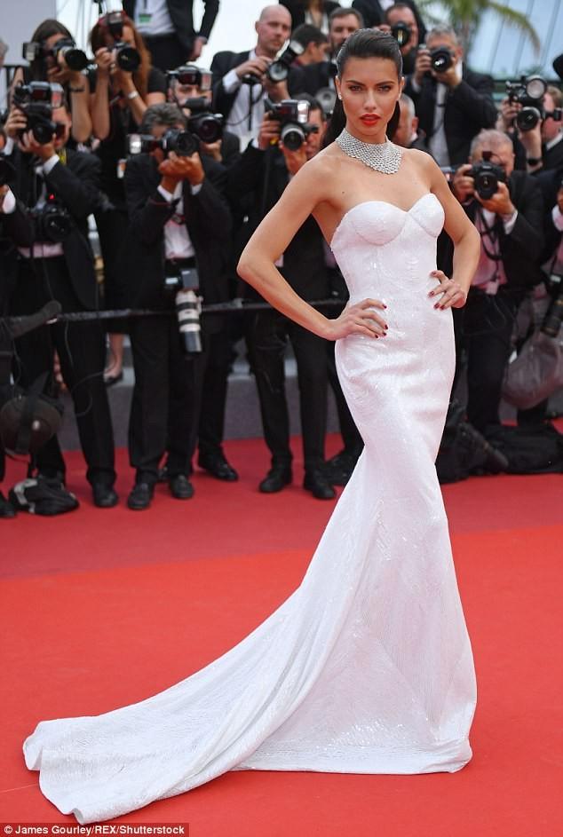 Siêu mẫu Anh diện váy xuyên thấu như nội y lên thảm đỏ Cannes - ảnh 8