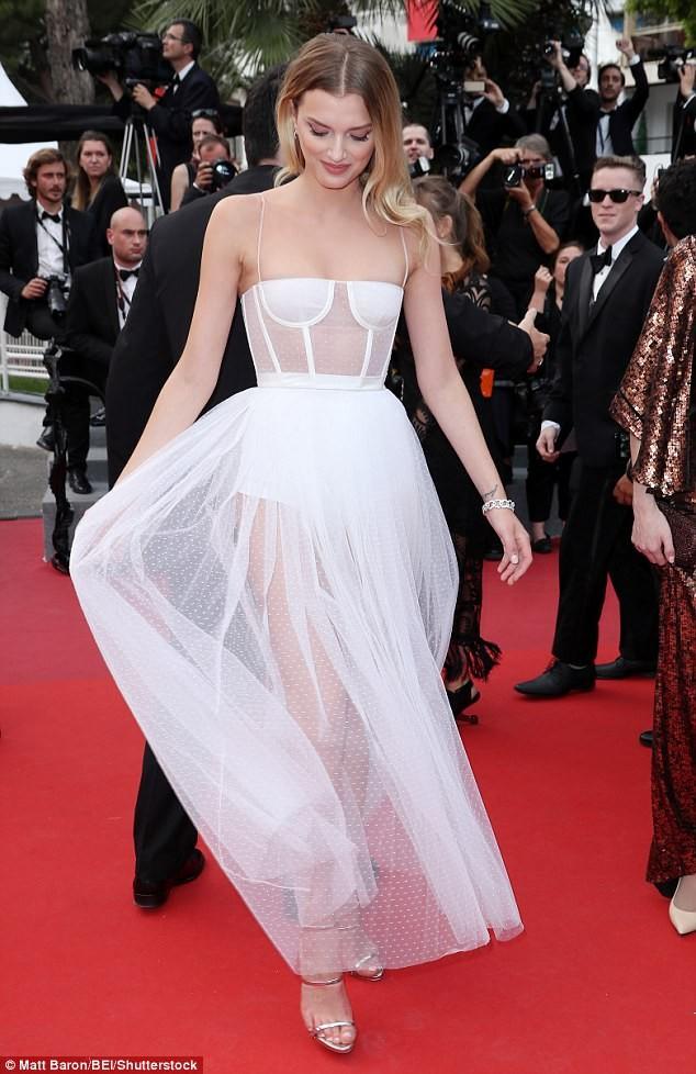Siêu mẫu Anh diện váy xuyên thấu như nội y lên thảm đỏ Cannes - ảnh 4