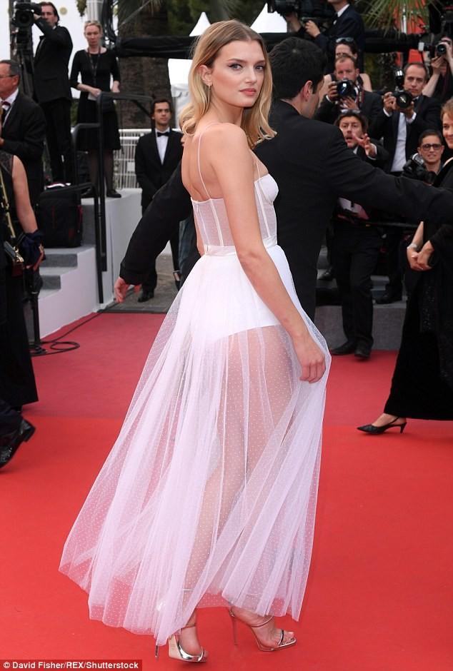 Siêu mẫu Anh diện váy xuyên thấu như nội y lên thảm đỏ Cannes - ảnh 3