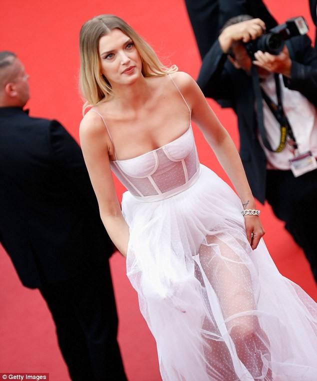 Siêu mẫu Anh diện váy xuyên thấu như nội y lên thảm đỏ Cannes - ảnh 5