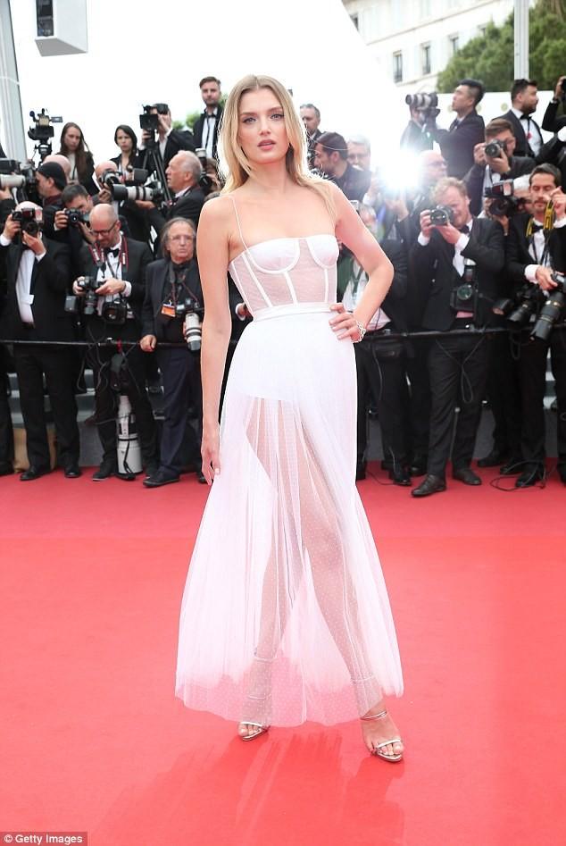 Siêu mẫu Anh diện váy xuyên thấu như nội y lên thảm đỏ Cannes - ảnh 1