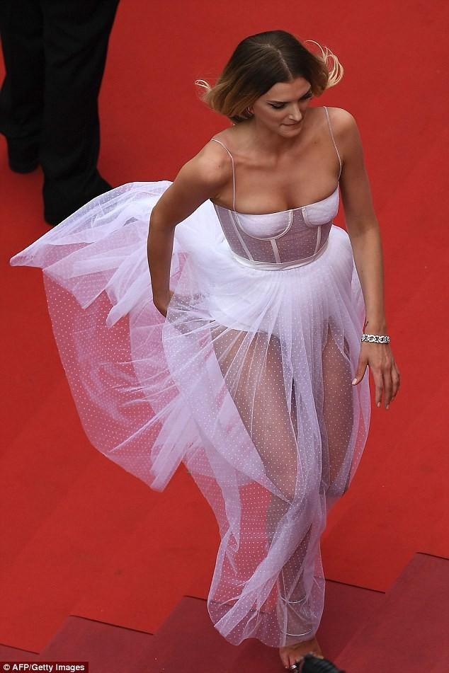 Siêu mẫu Anh diện váy xuyên thấu như nội y lên thảm đỏ Cannes - ảnh 6