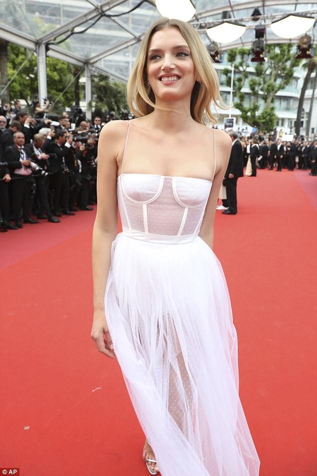 Siêu mẫu Anh diện váy xuyên thấu như nội y lên thảm đỏ Cannes - ảnh 2