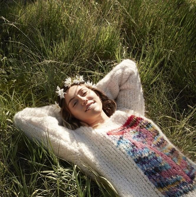 Miley Cyrus nữ tính đầy quyến rũ trên thảm hoa trái tim - ảnh 1