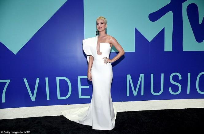 Dàn ca sĩ gợi cảm lấp lánh trong lễ trao giải âm nhạc VMAs - ảnh 1