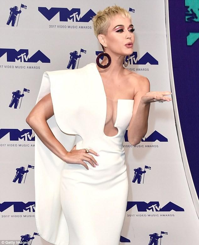 Dàn ca sĩ gợi cảm lấp lánh trong lễ trao giải âm nhạc VMAs - ảnh 4