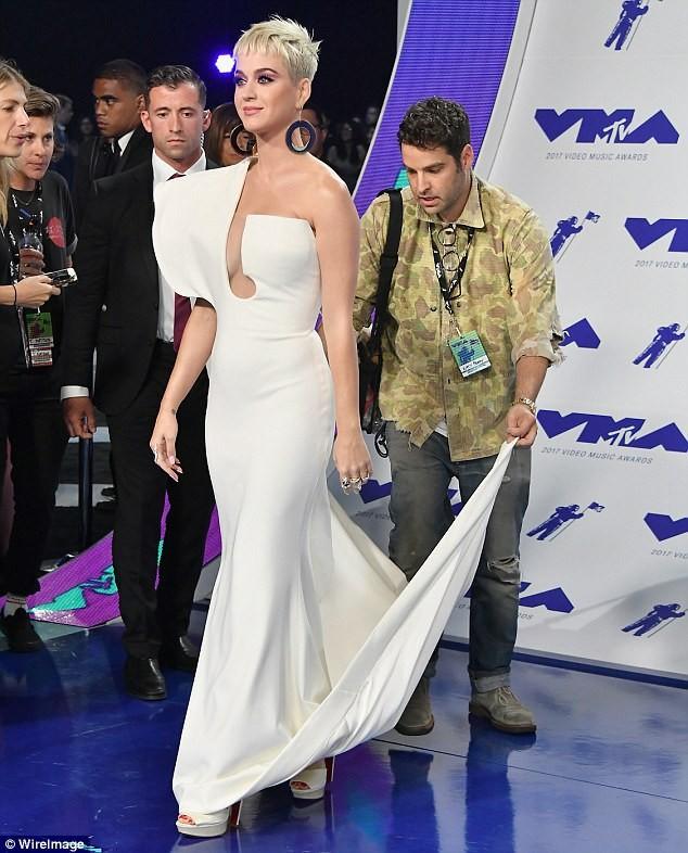 Dàn ca sĩ gợi cảm lấp lánh trong lễ trao giải âm nhạc VMAs - ảnh 2