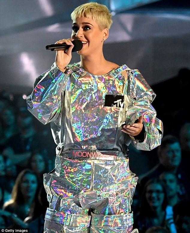 Dàn ca sĩ gợi cảm lấp lánh trong lễ trao giải âm nhạc VMAs - ảnh 11
