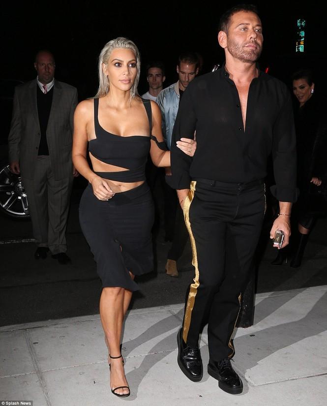 Kim Kardashian mê hoặc với đầm ôm sát cắt xẻ táo bạo - ảnh 6