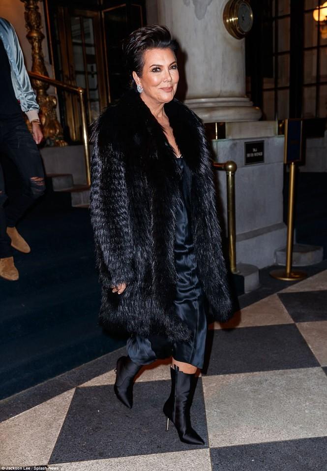 Kim Kardashian mê hoặc với đầm ôm sát cắt xẻ táo bạo - ảnh 9