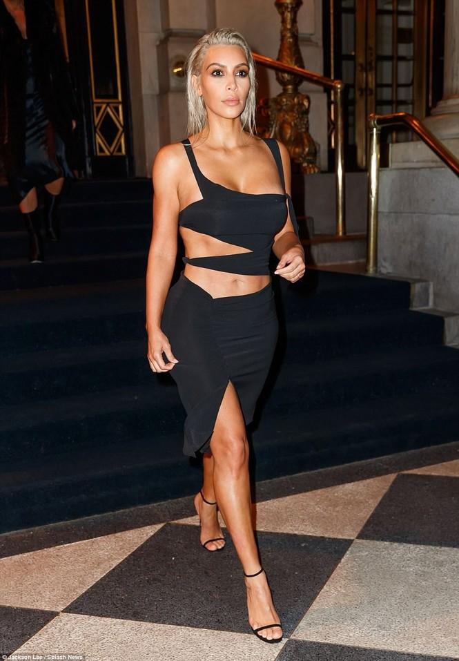 Kim Kardashian mê hoặc với đầm ôm sát cắt xẻ táo bạo - ảnh 2