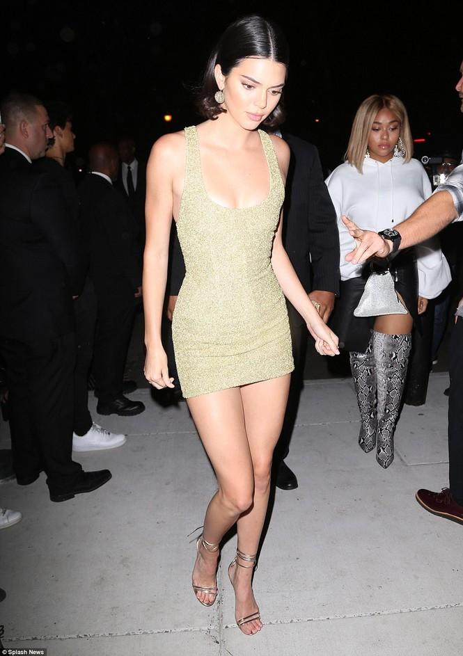Kim Kardashian mê hoặc với đầm ôm sát cắt xẻ táo bạo - ảnh 10