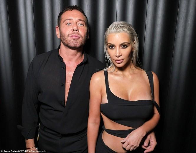 Kim Kardashian mê hoặc với đầm ôm sát cắt xẻ táo bạo - ảnh 7