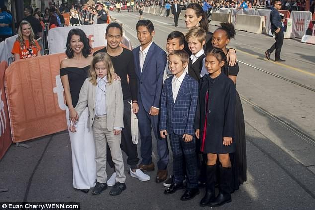 Pax Thien 13 tuổi bảnh bao chững chạc bên mẹ Angelina trên thảm đỏ - ảnh 2