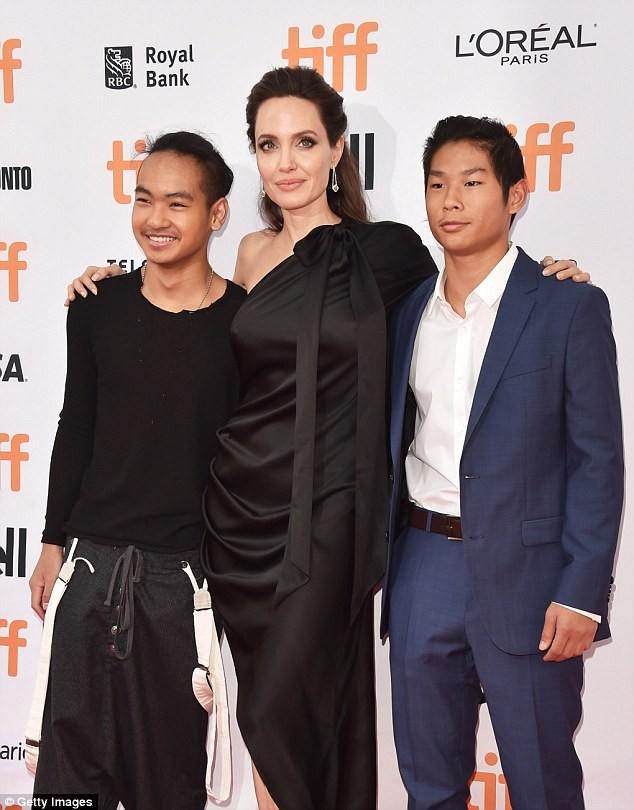 Pax Thien 13 tuổi bảnh bao chững chạc bên mẹ Angelina trên thảm đỏ - ảnh 4