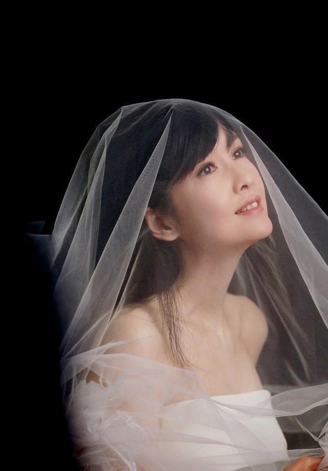 Châu Huệ Mẫn 50 tuổi vẫn tự tin mặc váy cô dâu - ảnh 3