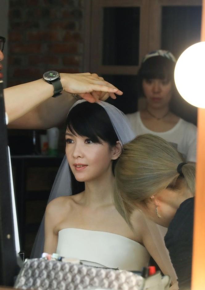 Châu Huệ Mẫn 50 tuổi vẫn tự tin mặc váy cô dâu - ảnh 5