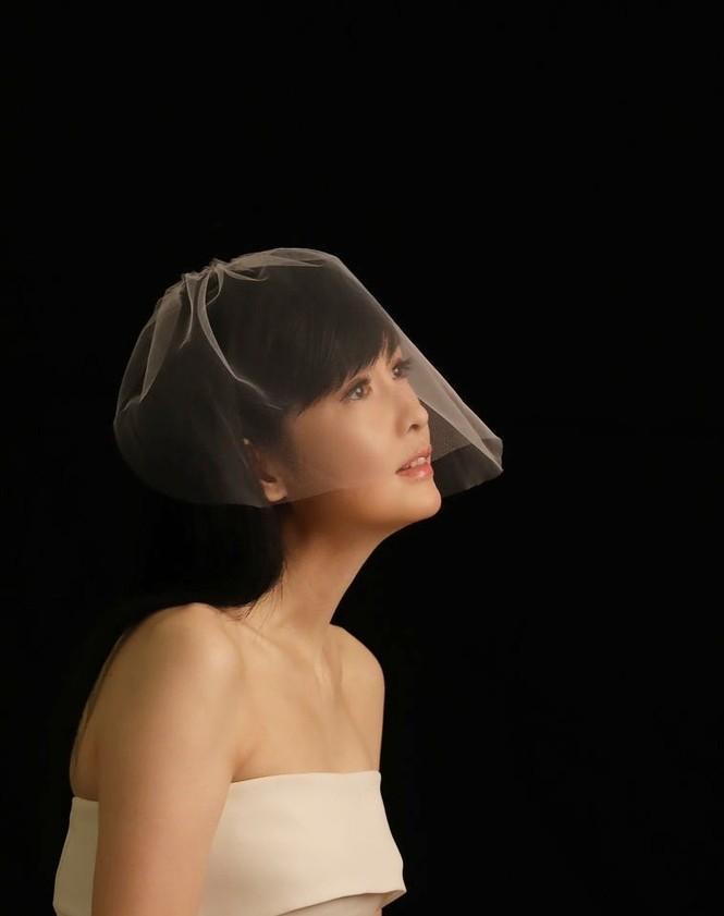 Châu Huệ Mẫn 50 tuổi vẫn tự tin mặc váy cô dâu - ảnh 4