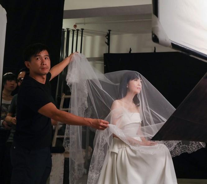 Châu Huệ Mẫn 50 tuổi vẫn tự tin mặc váy cô dâu - ảnh 6