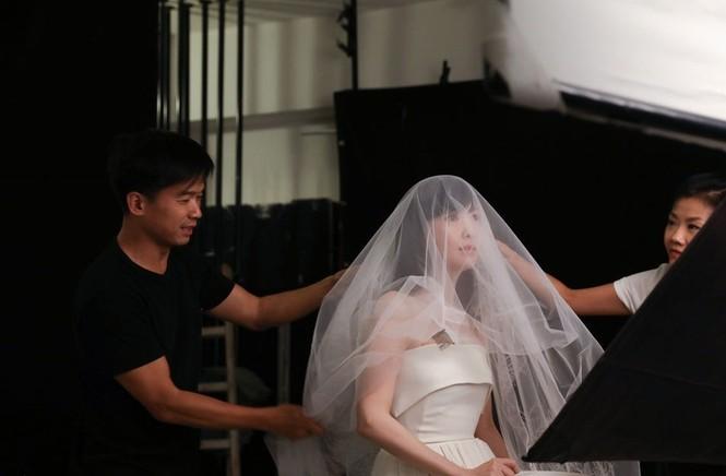 Châu Huệ Mẫn 50 tuổi vẫn tự tin mặc váy cô dâu - ảnh 7