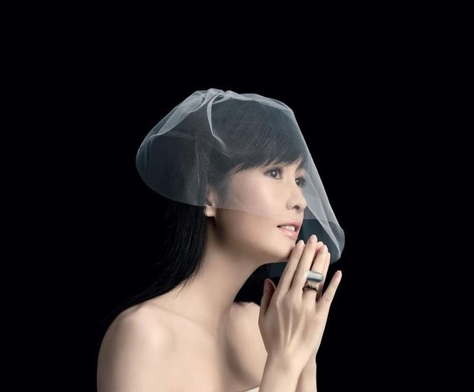 Châu Huệ Mẫn 50 tuổi vẫn tự tin mặc váy cô dâu - ảnh 2