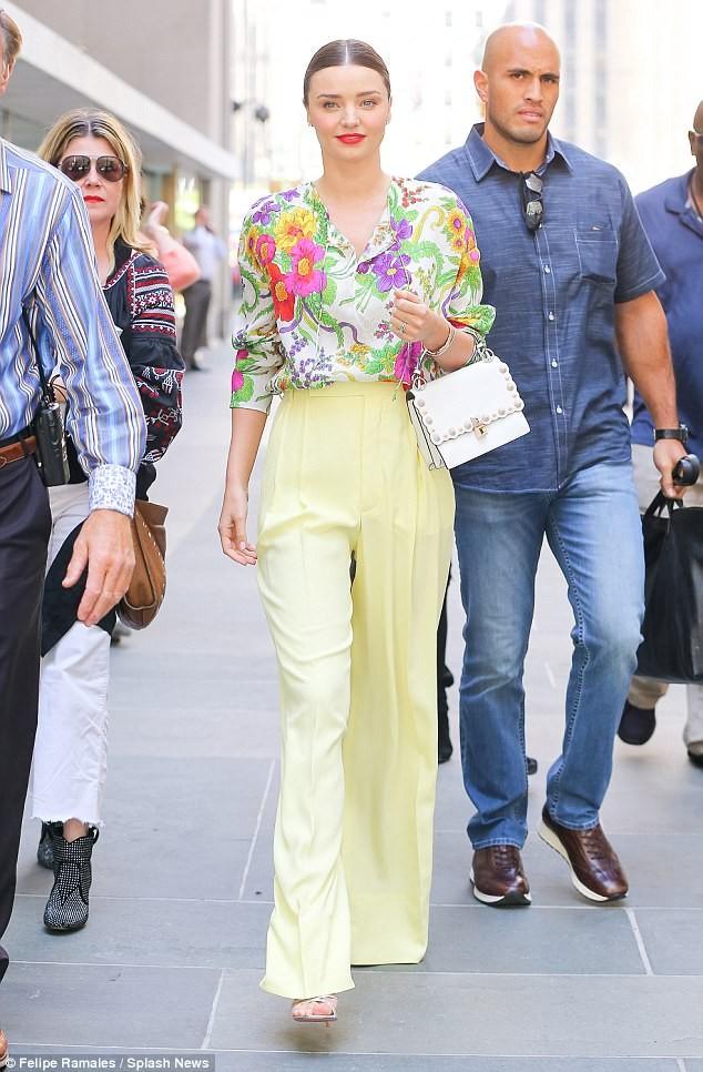 Miranda Kerr đẹp như đóa hoa rạng ngời giữa phố - ảnh 3