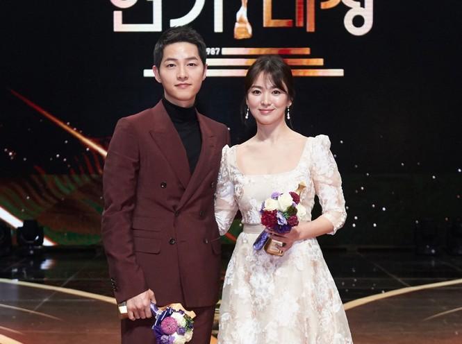 Hậu chụp ảnh cưới, Song Joong Ki và Song Hye Kyo trở về từ Mỹ - ảnh 3