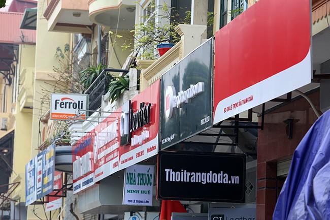 Hình ảnh hàng loạt cửa hàng trên phố kiểu mẫu bỏ 'đồng phục' - ảnh 2