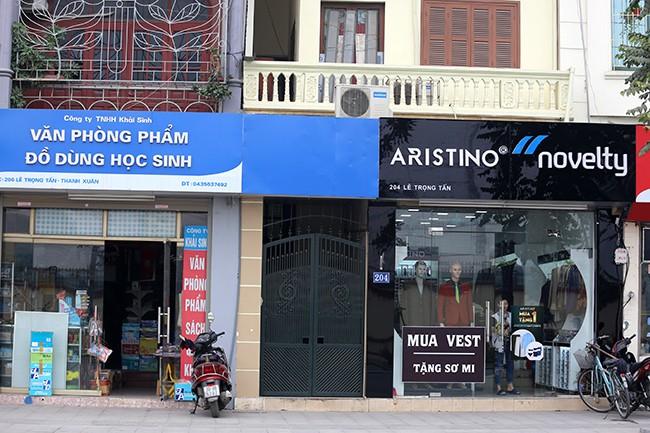 Hình ảnh hàng loạt cửa hàng trên phố kiểu mẫu bỏ 'đồng phục' - ảnh 1